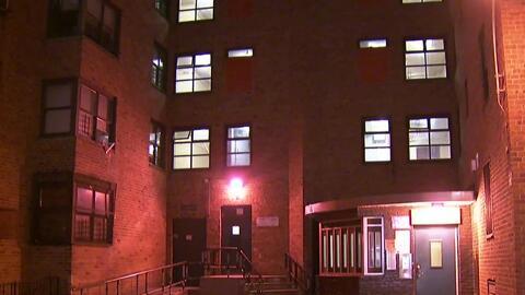 Autoridades investigan el hallazgo del cuerpo de una mujer en la cama de...
