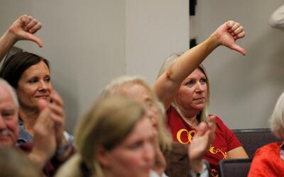 Dos mujeres hacen un gesto de desaprobación contra el senador Tim...