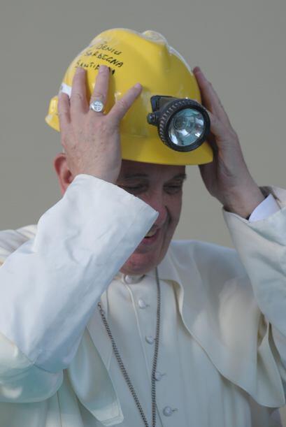Francisco porta un casco de seguridad durante su visita a Cagliari.
