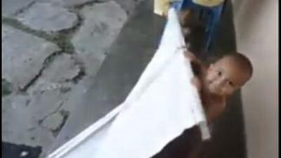 Niño reacciona ante fotos de Chávez y Capriles: Video. (Fotografía tomad...
