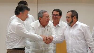 El presidente Santos y el líder guerrillero 'Timochenko', acompañados de...
