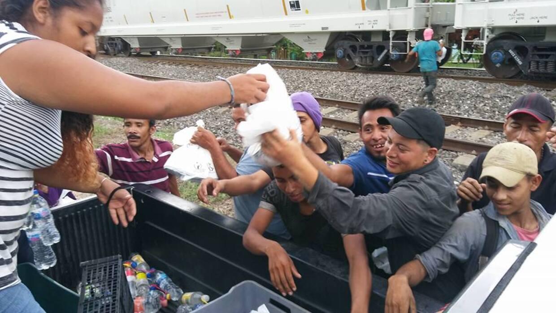 Grupo 'Las Patronas' se dedica a alimentar migrantes centroamericanos.