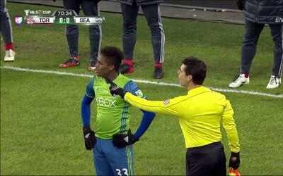 Tarjeta amarilla. El árbitro amonesta a Joevin Jones de Seattle Sounders