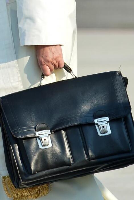 El Pontífice, que llevaba personalmente un bolsa negra de viaje, volará...