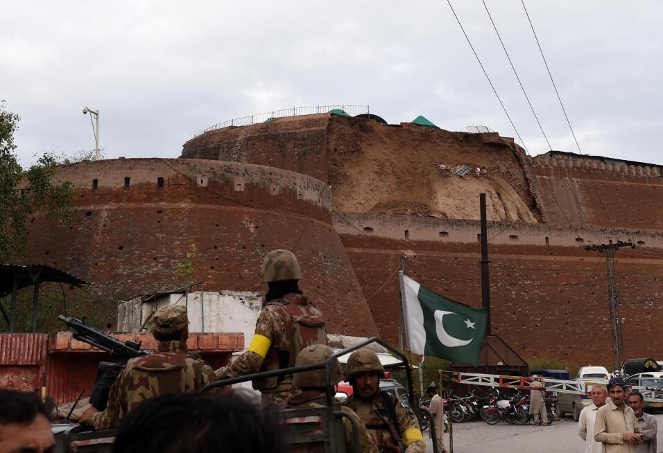 Suben a 339 los muertos por sismo en Pakistán y Afganistán GettyImages-4...