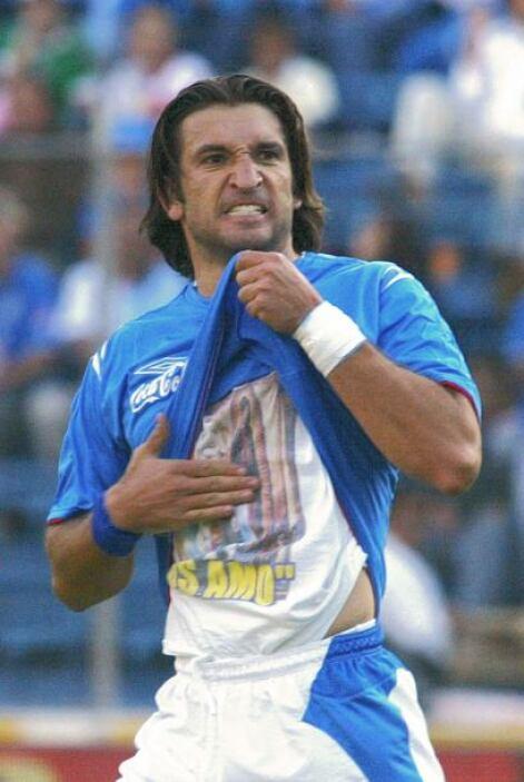 La imagen del 'kikín' festejando sus goles y mostrando la imagen de la V...