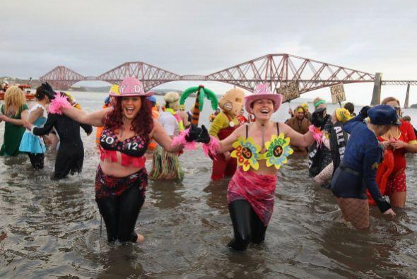 Más de mil escoceses celebraron el inicio de año en el río Forth, en Edi...