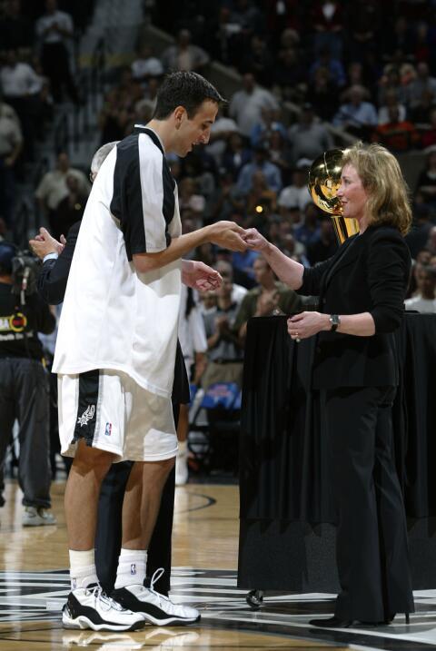 Emanuel Ginóbili de los Spurs de San Antonio recibe su anillo de campeón...