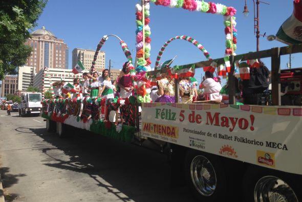 El carro del Ballet Folklorico Meca destacó en el desfile, ya que...