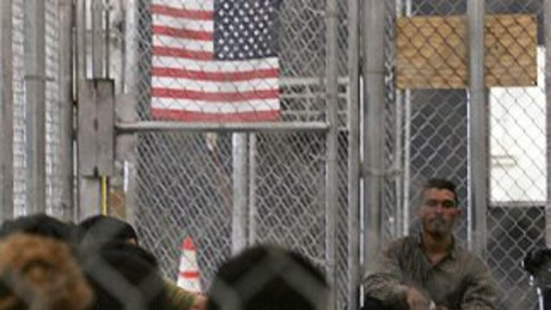 Algunos inmigrantes aguardan en centros de detención de la Oficina de In...