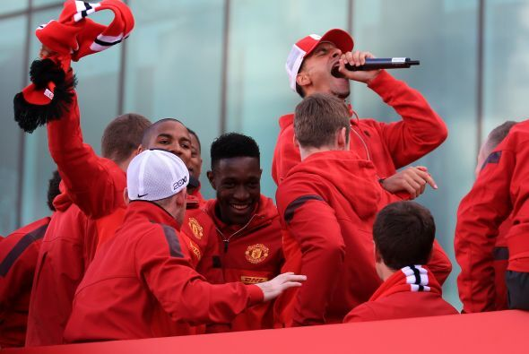 Rio Ferdinand, uno de los capitanes del equipo, tenía micrófono en mano...