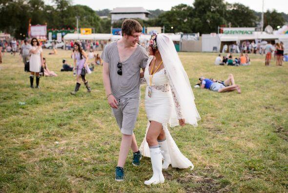 No podía faltar el velo y aunque la novia llevaba un atuendo mode...