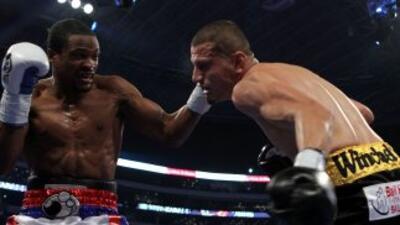 Momento de la pelea entre Mike Jones y Jesús Soto Karass.