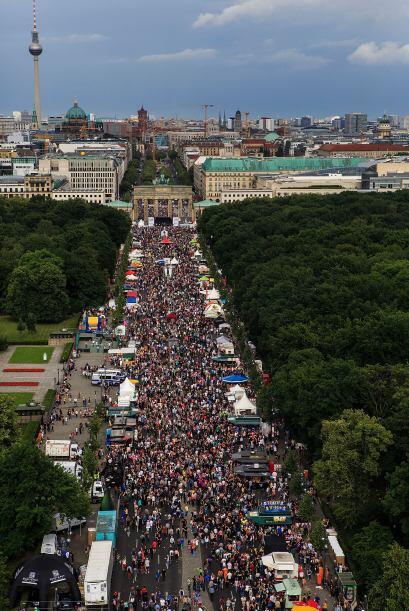 Miles de personas asisitieron a la marcha. Una vista aérea. A lo lejos s...
