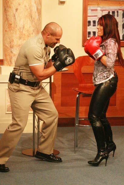 Rey se pone en posición para recibir el ataque de la cantante mexicana.