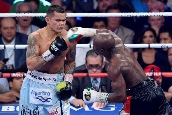 Cuando quiso, Floyd lanzó sus golpes y entraban en le rostro del argentino.