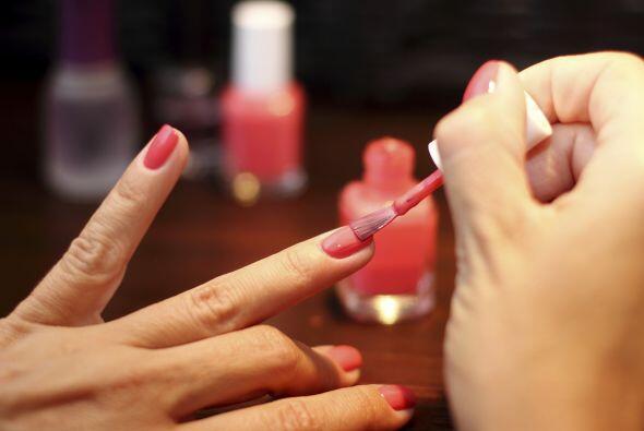 De rojo y rosado. ¿Porqué limitarse a un solo color? Pinta tus uñas de r...