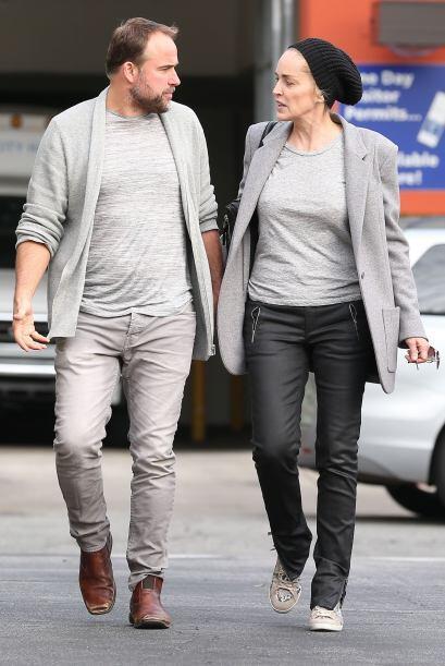 """Ambos en prendas color gris y en una tendencia """"sport chic""""."""