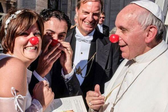 El papa Francisco se puso una nariz roja para homenajear a una pareja de...