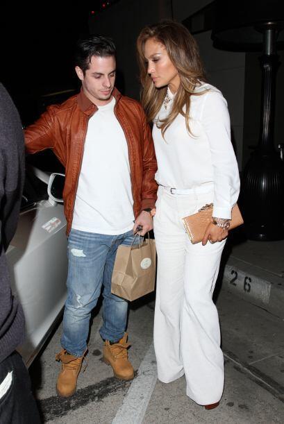 Jennifer lució sus curvas vestida toda de blanco. Mira aquí los videos m...
