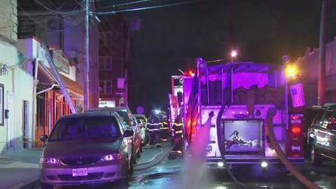 Bomberos controlan un fuerte incendio dentro de un restaurante en Passai...