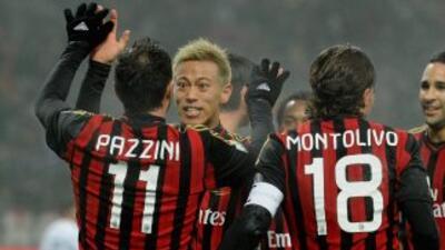 Pazzini es felicitado por el japonés Honda, quien también se hizo presen...