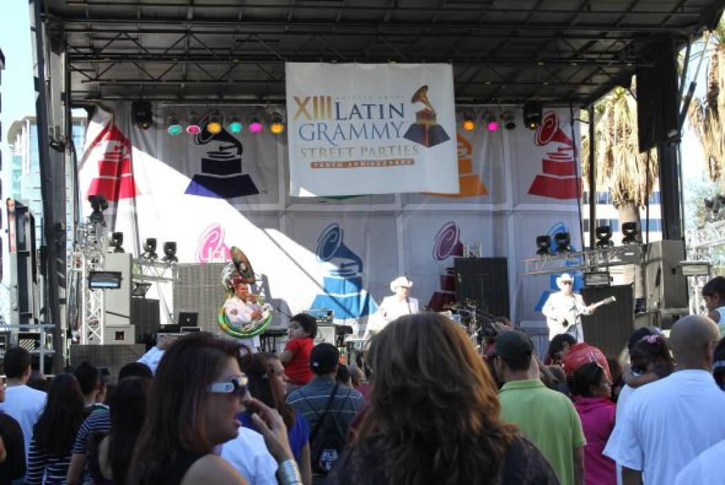 La fiesta callejera de lso Grammys Latinos fue un concierto gratuito con...