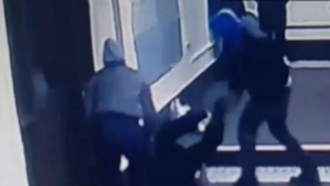 'Nueva York en un Minuto': la policía busca a los sospechosos de golpear...