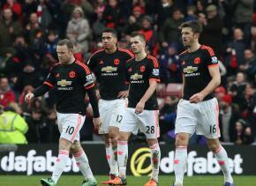 Los jugadores del Manchester United lamentan la derrota