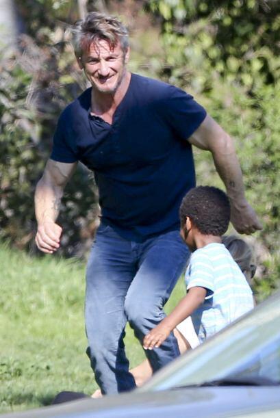 Sean Penn sigue ganándose el corazón del hijo de su novia,...