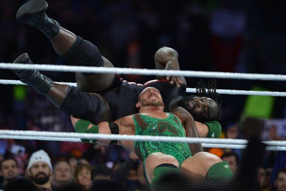 Y sí, entre dos fuertes Mark Henry fue el más poderoso y ganó esta pelea...