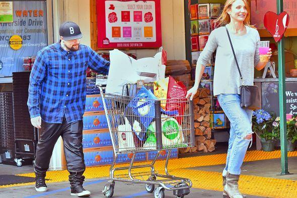 Cameron y Benji llenaron su carrito con las compras de la semana.