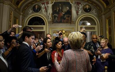 Hillary Clinton habla con la prensa después de una reunión...