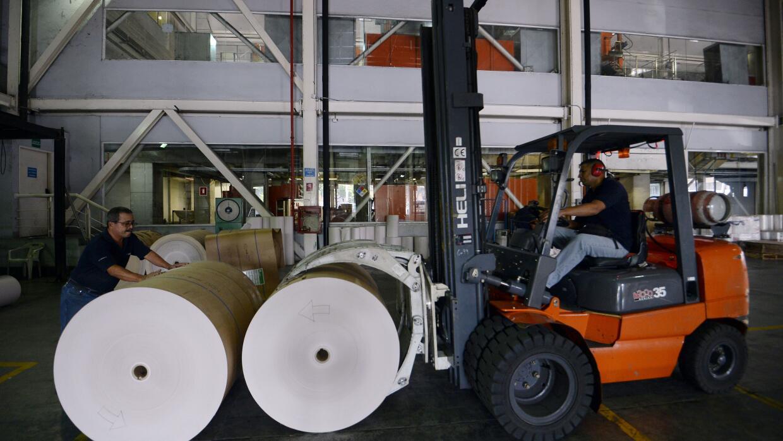 Bobinas de papel donadas por medios colombianos al diario El Nacional en...