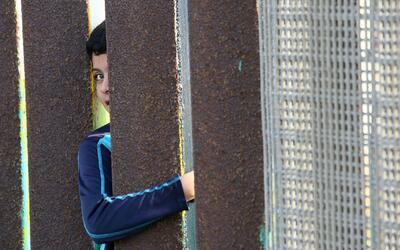 Activistas proinmigrantes se manifiestan en la frontera en el día intern...