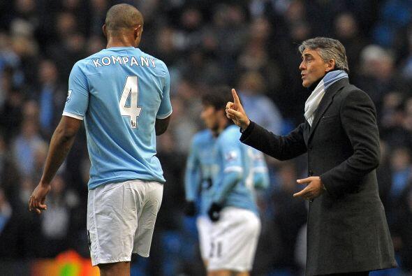 El técnico Roberto Mancini no paraba de dar instrucciones.