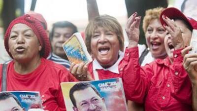 Un grupo de mujeres gritan consignas en apoyo al presidente Hugo Chávez...