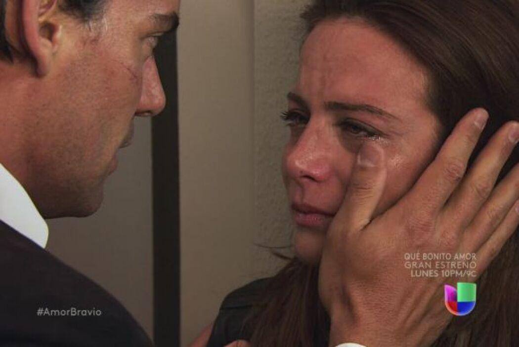 Daniel le hace ver a Camila que debe mantenerse en pie por su madre, qui...