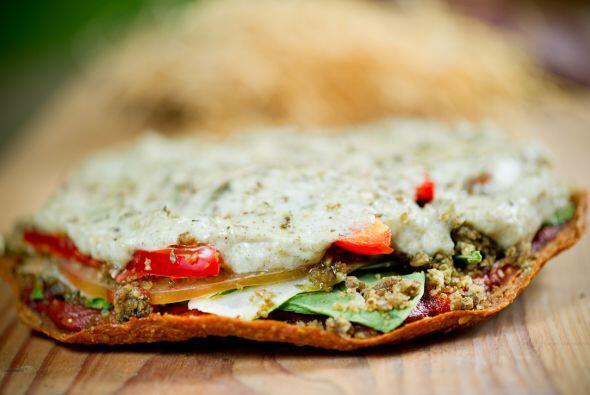 Entre dos panes tipo pita coloca germen de alfalfa, pimientos, tomates y...