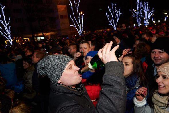 Miles de personas se reunieron para celebrar el Año Nuevo en Gdynia (Pol...