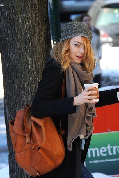 La bella Emma Stone libró el frío para ir por su cafecito... Mira aquí l...