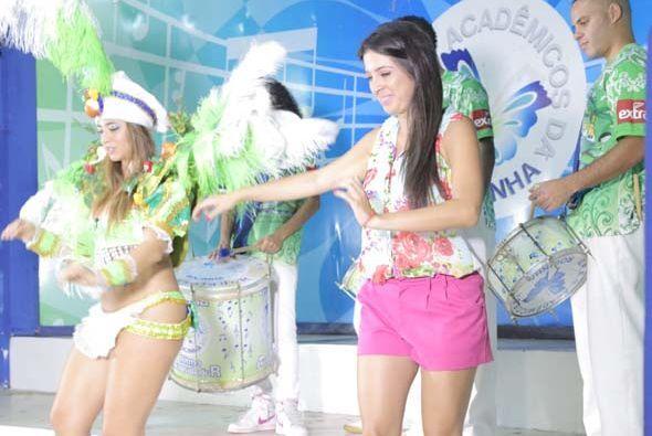 Casandra le enseñó a Maity los movimientos básicos para aprender a baila...