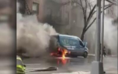 Varios vehículos quedaron en llamas luego de que un camión de plomería s...