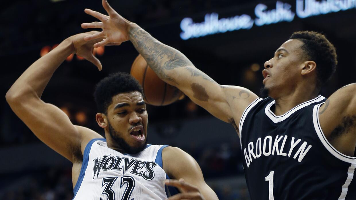 Karl-Anthony Towns de Minnesota y Chris McCullough de Brookly.