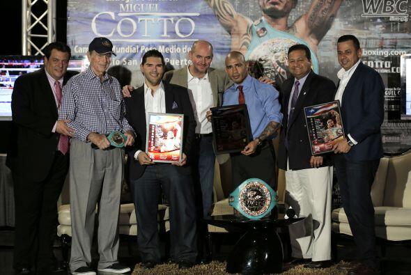 Miguel Cotto recibió también una placa como reconocimiento...