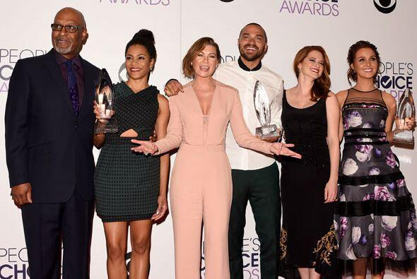 Gran parte del elenco posó en la sala de prensa.
