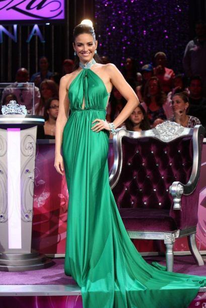 """¿A poco no nuestra """"Madrina de Seda"""" lució espectacular con este vestido..."""