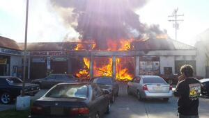 El fuego consumió dos locales