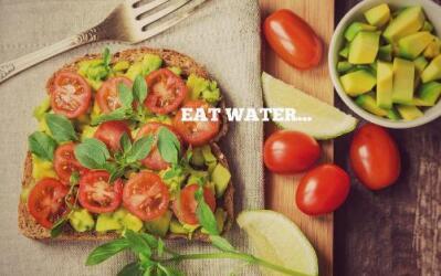 Tostada con tomates, un fruto con alto contenido de agua.