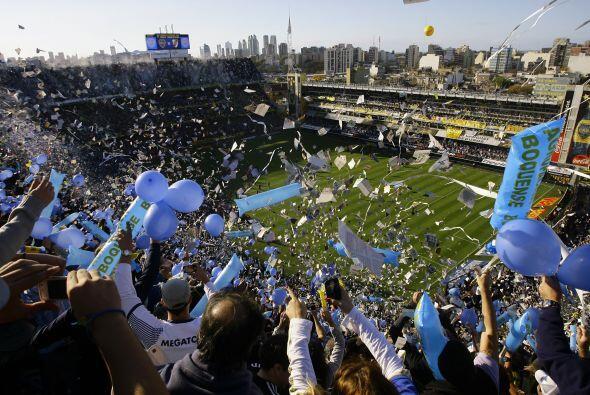 Vista parcial del estadio la Bombonera que se vistió de azul y or...